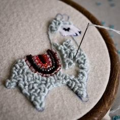 Hand Embroidery Videos, Embroidery Stitches Tutorial, Embroidery Flowers Pattern, Learn Embroidery, Embroidery Hoop Art, Hand Embroidery Designs, Embroidery Ideas, Hand Embroidery Projects, Embroidery Sampler