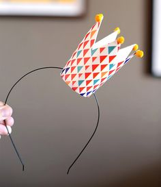 DIY Paper Cup Crown, from Estefi Machado. This would be a wonderful birthday hat for a party or for New Year's Eve. Simple craft for kids too! Kids Crafts, Diy And Crafts, Craft Projects, Cup Crafts, Craft Ideas, Diy Party Dekoration, Diy Paper, Paper Crafts, Decoration Evenementielle