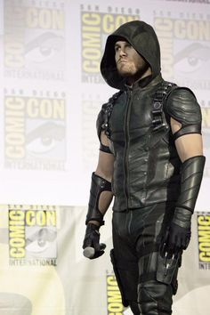 Stephen Amell as Arrow at Comic Con Green Arrow Bow, Red Arrow, The Cw Shows, Tv Shows, Steven Amell, Arrow Comic, Oliver Queen Arrow, Dc Comics, Arrow Tv Series