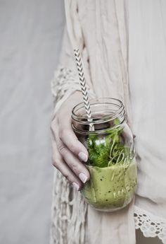 heavenly kiwi smoothie © hannah lemholt photography