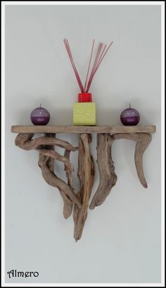 For this driftwood mirror, you can glue or nail medium-size pieces on the frame, and when the first layer is done, glue smaller thinner driftwood pieces counter-clockwise on it. Driftwood Wreath, Driftwood Furniture, Driftwood Wall Art, Driftwood Projects, Branch Decor, Wood Creations, Wooden Shelves, Wood Design, Diy And Crafts