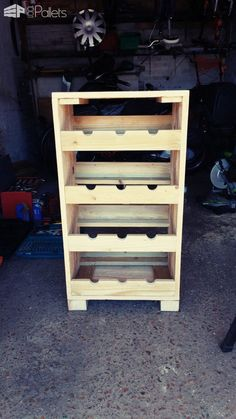 I made this Pallet Wine Storage Rack as a birthday gift for my father. It was constructed from two pallets and took under four hours to complete. The best part is that it didn't cost a thing, but it'll be priceless to my dad! Recycled Pallets, Wood Pallets, Pallet Benches, Pallet Couch, Pallet Tables, Outdoor Pallet, Diy Pallet Projects, Wood Projects, Pallet Crafts