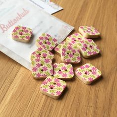 Square Floral Patterned Wooden Buttons: Packs of 12 buttons Santa Decorations, Button Flowers, Wooden Hearts, Summer Kids, Knitting Designs, Dressmaking, Baby Knitting, Decorative Items, Floral Design