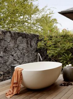 a luxe deck tub. | outdoor living inspiration