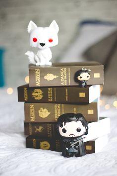 Game of Thrones: livros e funko pop do Jon Snow e do Fantasma