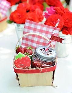 Para todos: geleia de morango, biscoitos em formato de morango e morangos fresquinhos