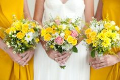 You could do a semblance of this with daffodils and baby's breath, among other flowers.