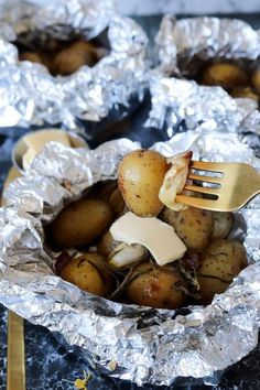 Nye Kartofler Og Hvidløg I Staniol Bagt I Ovnen