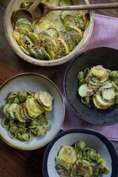 Recipe: Baked Summer Squash — Side Dish Recipes from The Kitchn ** used stuffing instead of bread crumbs, added Parmesan and herb club house seasoning with the Parmesan cheese and added lemon juice when it was almost cooked. Steak Sides, Steak Side Dishes, Best Side Dishes, Side Dish Recipes, Vegetable Recipes, Pattypan Squash, Crookneck Squash Recipes, Baked Summer Squash, Veggies