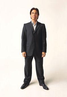 Short Man Suit Don'ts:  • Don't wear a longer suit jacket. It just makes your legs look shorter.  • Don't wear fat ties and wide lapels; keep it slim.
