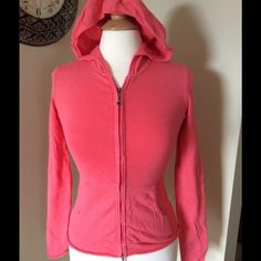 ⬇️REDUCED⬇️Daisy Fuentes Zip up Pink/salmon color. Worn few times, excellent condition. Made of 70% Rayon/30% Nylon Daisy Fuentes Tops