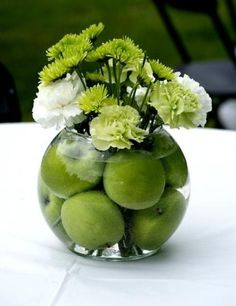 in love with the small things: DIY green apple centerpiece - i would use red app. in love with the small things: DIY green apple centerpiece - i wou Apple Centerpieces, Wedding Centerpieces, Small Centerpieces, Lime Centerpiece, Travel Centerpieces, Pineapple Centerpiece, Deco Floral, Floral Design, Art Floral