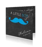 Jongens geboortekaart met snor op schoolbord. Witte krijtletters en foto aan de binnenzijde.