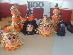 Clay Pot Scarecrows - All About Flower Pot Art, Clay Flower Pots, Flower Pot Crafts, Clay Pot Projects, Clay Pot Crafts, Fall Projects, Halloween Clay, Fall Halloween, Halloween Crafts