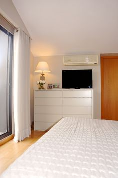 Guests Room: Dormitorio de matrimonio con muebles lavado. Papel de pared vinílico. Acogedor. Luminoso.