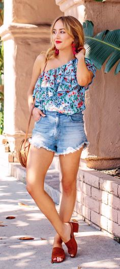 summer outfits Gimme Some Floral And Distressed Denim And I'm One Happy Gal. That Combo Never Fails. Trendy Summer Outfits, Spring Outfits, Casual Outfits, Fashion Outfits, Fashion Tips, Bow Tops, Tan Skin, Ruffle Top, Distressed Denim