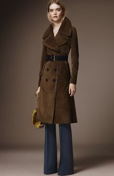 This is a trench coat featured in the Burberry Pre-Fall 2016 Fashion Show. Trench coats were very popular during the early This look was modified to feature wider lapels. Burberry Prorsum, Burberry Coat, Fall Fashion 2016, Fashion Week, Autumn Winter Fashion, Fashion Show, Fashion Outfits, Womens Fashion, Blazer Outfits