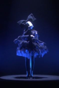 """Watch Sia Perform Her Enchanting """"Unforgettable"""" Cover For Disney's Finding Dory Sia Video, Sia Singer, Sia Kate Isobelle Furler, Bird Set Free, Sia And Maddie, Disney Finding Dory, Celebrity Deaths, Mood Pics, Dibujo"""