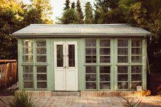 Gebaut aus alten Schoss-Fenstern, angestrichen im Farbton Green Room von Pure and Original. Diese Farben fügen sich einfach harmonisch in die Natur ein.