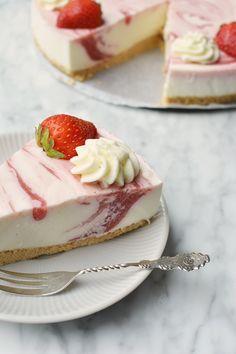 Aardbeien yoghurttaart 5.1. Pear Recipes, Sweet Recipes, Baking Recipes, Cookie Recipes, Pie Cake, No Bake Cake, Eat Dessert First, Food Cakes, Sweet Cakes