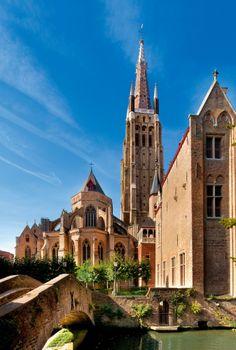 Construida en 1200s, la torre de la iglesia de Nuestra Señora de Brujas Bélgica, es 122m (400 pies) de altura. Imagínense, estos fueron los rascacielos de la Edad Media. De hecho, sigue siendo una de las torres de ladrillo más altas de Europa