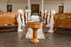 Überblick über die Dekoration in der Kirche bei der Hochzeit von Sandra und Sascha. Foto: http://weddings.lauramoellemann.de
