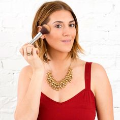 Learn how to highlight your features with this holiday makeup tutorial.