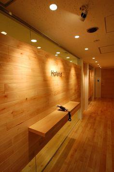 大切にしたのは木のぬくもり。「はてな」のオフィスにみる素材へのこだわり。|デザイナーズオフィスを広めるヴィス採用担当役員のぶろぐ Office Entrance, Entrance Design, Office Space Planning, Public Hotel, Reception Counter, Interior Decorating, Interior Design, Wood Interiors, Wood Design