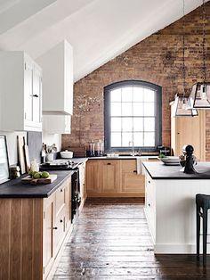 Kuchyn do tvaru písmene L má správné uspořádání, protože se v něm moc nenaběháme. Velmi praktický je i samostatný přípravný ostrůvek.