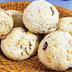 Grama's Bread 🍞☕️. Y si hacemos pan casero para el desayuno? O llevamos pan saborizado al asado?. Te dejo una increíble receta para que los dejes a todos con la boca abierta. 🌼 Diluir 3/4 de paquetito de levadura fresca en un vaso de agua tibia. 🌼 Mezclar 1/2 kg de Harina de Avena con 1/2 kg de Harina Integral y un toque de sal fina y formar una corona sobre la mesada. 🌼 Volvar el agua con la levadura en el centro de la corona y mezclar de a poco con ayuda de un tenedor. 🌼 Ir agregando…