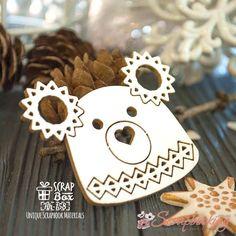 Декоративный чипборд Шапка мишка производителя Scrapbox изготовлен из пивного картона белого цвета. Толщина картона 2мм. Элементы изготовлены с помощью лазерной резки. Чипборды широко применяются в скрапбуке в качестве декоративных элементов, которые можно оформлять любыми способами: декупаж, штампинг, кракелюр, эмброссинг и многое другое.
