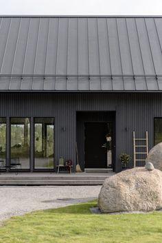 Rakennusblogi, joka on välillä myös sisustusblogi, käsittelee Helsinki-pientaloprojektiamme. Sisustussuunnittelija ja -toimittaja Piia ja valokuvausta harrastava AD Jari rakennuttivat perheelleen Kastellin pakettitalon Pohjois-Helsinkiin. Blogissa nähdään, miten peruspaketista saadaan ihan omannäköinen kokonaisuus.Seuraa meitäInstagramKiinnostaako sinua kaupallinen yhteistyö tämän blogin kanssa? Ota yhteyttä Sanoma Lifestylen mediamyyntiin! Black House Exterior, Cottage Exterior, Modern Barn House, Modern Cottage, Modern Houses, Metal Building Homes, Building A House, Building Materials, Shed Homes