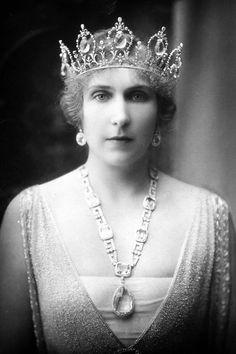 Queen Victoria Eugenia of Spain, née Princess of Battenberg wearing the original version of Queen Victoria Eugenia's Aquamarine Tiara with the earrings and necklace [Sautoir] with pendant, part of her Aquiamarine and Dimond Parure. Royal Crowns, Royal Tiaras, Tiaras And Crowns, Victoria And Albert, Queen Victoria, Adele, Princesa Victoria, Spanish Royalty, Royals