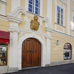 Eingang zur Burgkapelle mit Wappen ober dem Tor©StadtPresse/Eggenberger Klagenfurt, Austria, Travel, Home Decor, Crests, Entrance, City, Viajes, Traveling