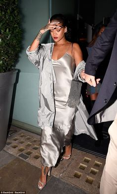 Braless Rihanna shows off her curves in silver satin dress – Underwear Designs Rihanna Mode, Rihanna Show, Looks Rihanna, Rihanna Style, Slip Dress Outfit, Dress Outfits, Fashion Outfits, Womens Fashion, Dress Shoes