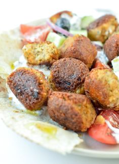 Tempeh meatballs are easy VEGAN GLUTEN FREE MEATBALLS with delicious Greek flavors. Perfect to make a vegan gyros or vegan greek salad with proteins. Vegan Lunch Recipes, Tofu Recipes, Entree Recipes, Delicious Vegan Recipes, Vegan Dinners, Vegan Lunches, Vegan Food, Healthy Food, Healthy Eating