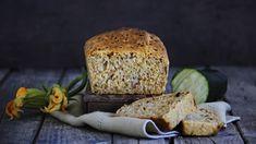 Už pořádně nevíte, co z té obrovské úrody cuket vařit? Tak zkuste cuketový chléb! Ideální ke grilovačce, krásně vláčný a vlastně strašně dobrý i jen tak. ;) Bread Recipes, Banana Bread, Zucchini, Rolls, Fresh, Breads, Food, Russian Recipes, Oven Recipes