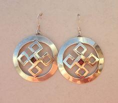 Keltische knoop zilveren oorbellen met granaat van Jewellery by Zilvera - silver, stones and fun op DaWanda.com  http://nl.dawanda.com/product/58781555-Silver-celtic-knot-earrings-red-garnet