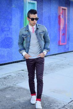 Comprar ropa de este look: https://lookastic.es/moda-hombre/looks/chaqueta-vaquera-jersey-de-pico-camisa-de-vestir-vaqueros-zapatillas-bajas-corbata-gafas-de-sol-reloj/5324   — Vaqueros Morado Oscuro  — Gafas de Sol Negras  — Camisa de Vestir Blanca  — Corbata de Flores Roja  — Jersey de Pico Gris  — Chaqueta Vaquera Azul  — Reloj de Lona de Rayas Horizontales Blanco y Rojo y Azul Marino  — Tenis Blancos