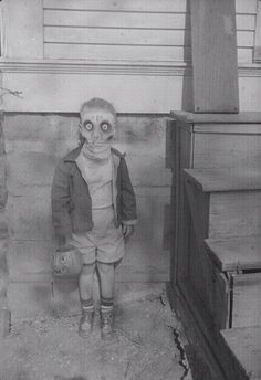Creepy sinister picture of child wearing halloween mask. Old and vintage image Photos D'halloween Vintage, Vintage Halloween Photos, Photo Vintage, Halloween Pictures, Victorian Halloween, Photo Halloween, Creepy Halloween, Halloween Costumes, Vintage Halloween