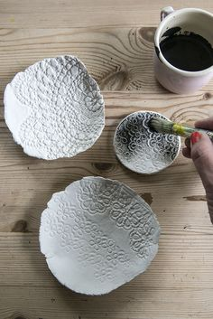 DIY lace bowls make a delicate homemade gift Diy Clay, Clay Crafts, Fun Crafts, Clay Projects, Diy Projects To Try, Ceramic Clay, Ceramic Pottery, Clay Bowl, Paperclay