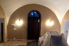 Restauro porta antica e pittura color canapa in palazzo del 1730.