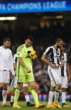 Juventus' Italian goalkeeper Gianluigi Buffon (L) and Juventus' Italian defender Giorgio Chiellini react after losing the UEFA Champions League final football match between Juventus and Real Madrid at The Principality Stadium in Cardiff, south Wales, on June 3, 2017. / AFP PHOTO / Adrian DENNIS