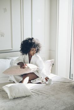 Ok it's sunday morning me my hair and my cup of tea lay down in a bed ✨👸🏽👸🏾👸🏿✨ . Black Power, Curly Hair Styles, Natural Hair Styles, Black Girl Aesthetic, Kinky Hair, Frizzy Hair, Posh Girl, Foto Pose, Brown Skin