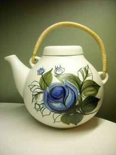 Arabia Finland by Ulla Procope Teapots Unique, Pottery Teapots, Teapots And Cups, Kettles, Chocolate Pots, Marimekko, Ceramic Painting, Porcelain Ceramics, Vintage Ceramic