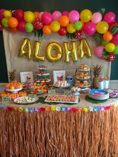 Lilo and Stitch theme birthday party - How to throw a Lilo and Stitch inspired Hawaiian Luau. Food and drink table decoration ideas. Lilo and Stitch theme birthday party - How to throw a Lilo and Stitch inspired Hawaiian Luau. Food and d Hawaiin Theme Party, Hawaiian Theme Party Decorations, Luau Theme Party, Hawaiian Luau Party, Hawaiin Party Ideas, Ideas Party, Hawaii Birthday Party, Hawaiian Birthday, Birthday Party Tables