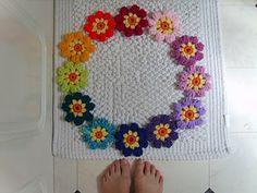 Met gehaakte bloemetjes kun je zelfs je badmat versieren..