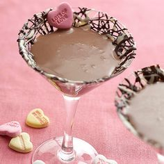 Sweetheart Chocolate Martini ~ cup half-and-half, or light cream ounces dark chocolate liqueur ounces vodka. Love chocolate-drizzled martini glass and conversation heart garnish! Chocolate Martini, Chocolate Liqueur, Chocolate Flavors, Delicious Chocolate, Chocolate Pudding, Chocolate Stout, Chocolate Cream, Valentine's Day Drinks, Party Drinks