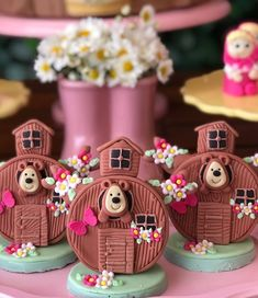 A imagem pode conter: comida No Bake Cake Pops, Bear Party, Party Fun, Masha And The Bear, Polymer Clay Miniatures, Chocolate Covered Oreos, Iced Cookies, Candy Apples, Childrens Party