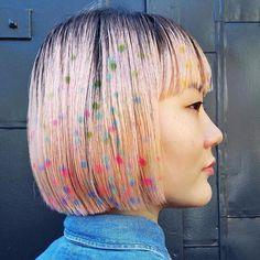 O grafite não está só espalhado pelas ruas! Agora, ele invade o mundo da beleza e faz padronagens divertidas em penteados por aí. A cabeleireira @janine_ker_hair é uma superespecialista nisso e essa versão com polka dots multicoloridos leva a sua assinatura. #regram